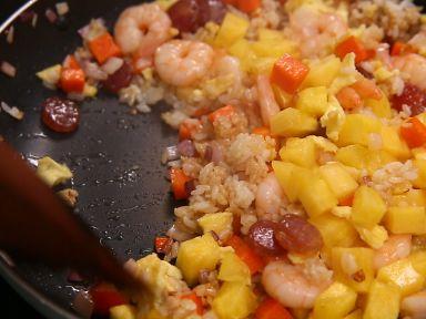加入鸡蛋饼、虾仁、菠萝翻炒均匀出锅。