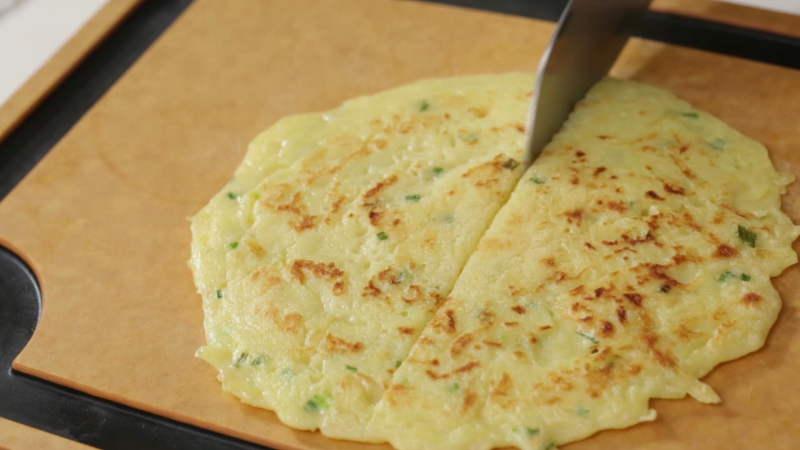 出锅,用厨纸吸去多余油分,切成三角块。