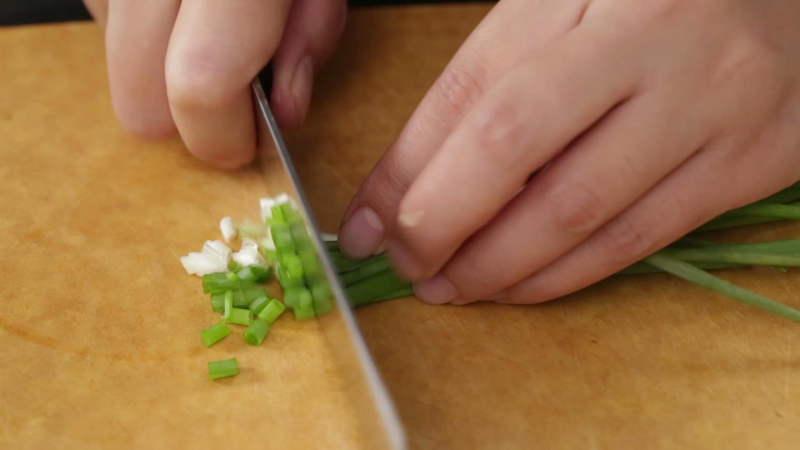 小葱洗净切末,香菜洗净切末。