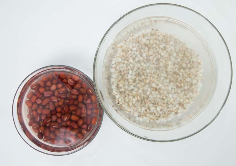 将红豆洗净泡水过夜;薏米及红枣洗净泡水至变软。