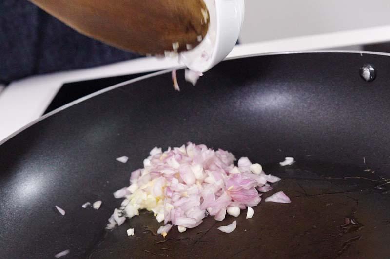 用中火烧热锅,加少许油,加入蒜末及干葱头炒香。