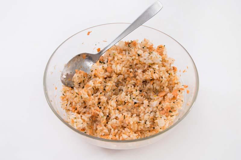 将寿司饭、熟三文鱼碎、香松粉及白芝麻拌匀。