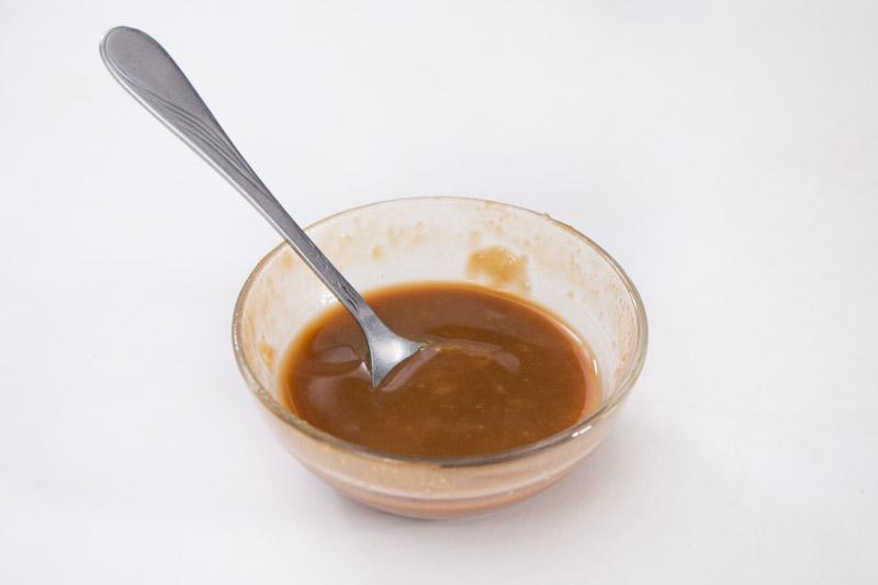 将白味噌、味醂及日本酱油拌匀。