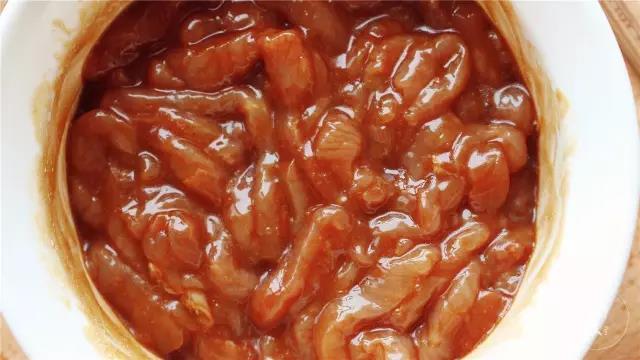 将肉丝和腌料搅拌均匀,腌制备用。