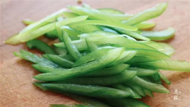 青椒和胡萝卜切细丝备用。